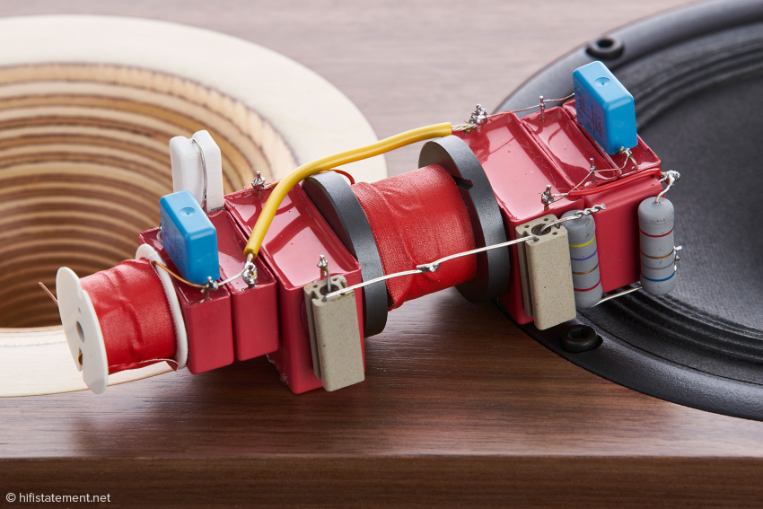 Die Frequenzweiche trennt beide Treiber mit asymmetrischer Flanke: den Hochtöner mit 18 Dezibel pro Oktave und den Tiefmitteltöner mit 12 Dezibel pro Oktave