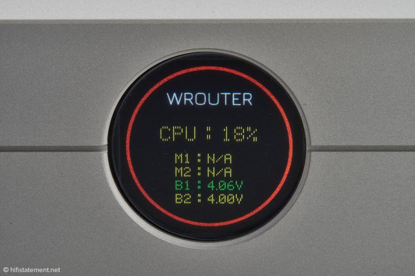 Das Display verrät, dass keine SSD-Festplatten installiert sind, der aktive Akku eine Spannung von 4,06 Volt hat und der, der gerade geladen wird, eine von 4,00 Volt