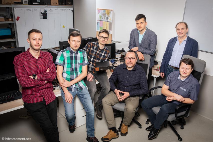 Das Forschungs- und Entwicklungsteam von HEM und Ferrum präsentiert stolz das HYPSOS, ihr erstes Baby (v.l.n.r. Arkadiusz Bochyński, Jarosław Jabłoński, Maksymilian Matuszak, Andrzej Dziwiński und Piotr Głudkowski, sitzend Marcin Hamerla und Paweł Gorgoń)