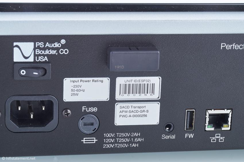 Das Kunststoff-Quader oberhalb der Etiketten beinhaltet die Wlan-Antenne. Dieser USB- und der Lan-Anschluss dienen wie Wlan der Upgrade-Option