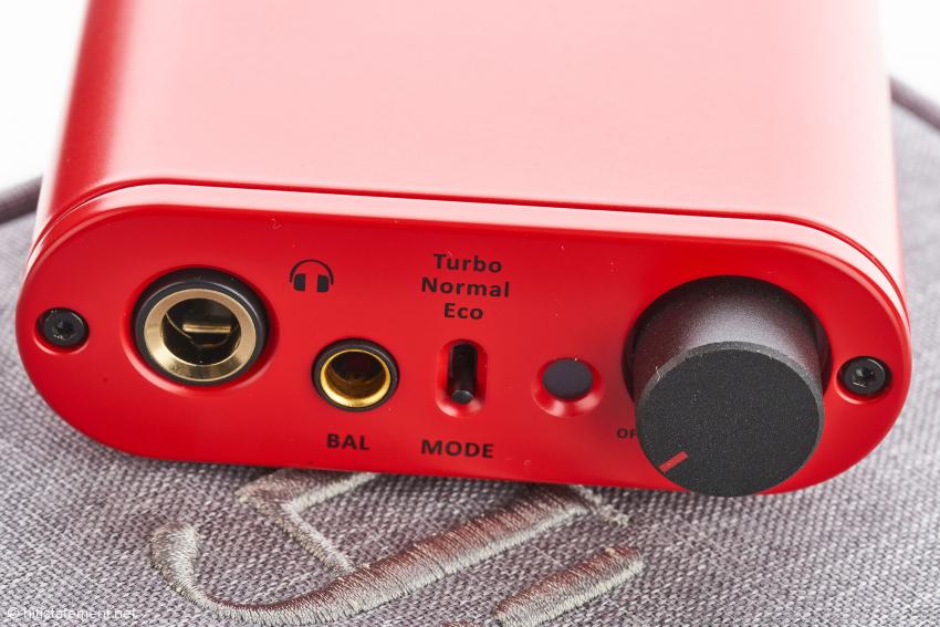 Klinken in 6,3-Millimeter- und Pentaconn-Ausführung, ein kleiner Kippschalter für den Leistungsmodus, Lautstärkeregler und Statuslämpchen: Die Front ist sehr aufgeräumt und übersichtlich