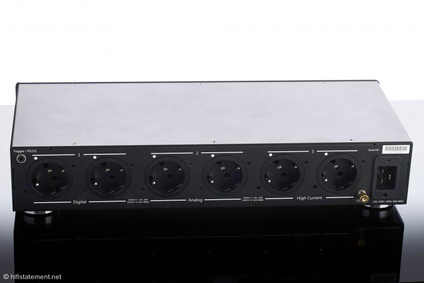 Der weiße Punkt oberhalb der Schukodose zeigt die Phase an, wenn an der Front die Gesamtphase per LED als richtig indiziert wird