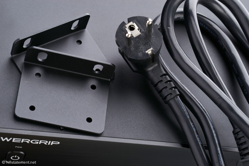 Da die Powergrip-Konsole auch im professionellen Kundenkreis gefragt ist, liegen jedem Gerät 19-Zoll-Adapter für den Rack-Einbau bei