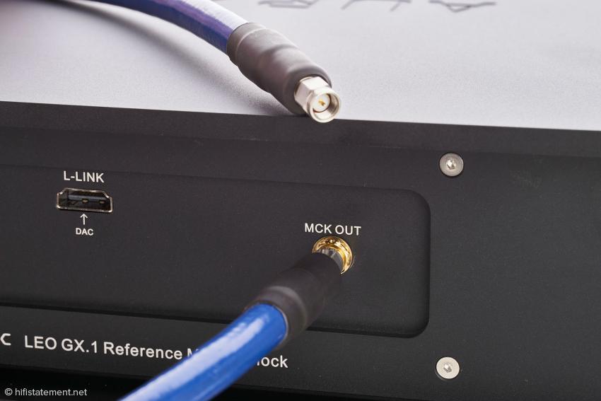 Das am Leo GX.1 verschraubte 60-Gigahertz-Kabel zur Übertragung des Clock-Signals