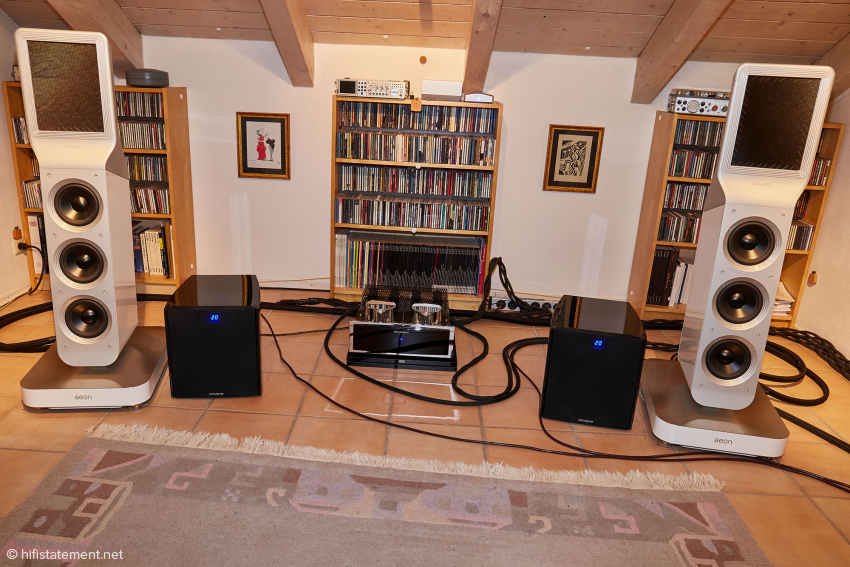 In the listening room, the two Velodynes are not obtrusive. In combination with the Göbels, a white version would be desirable
