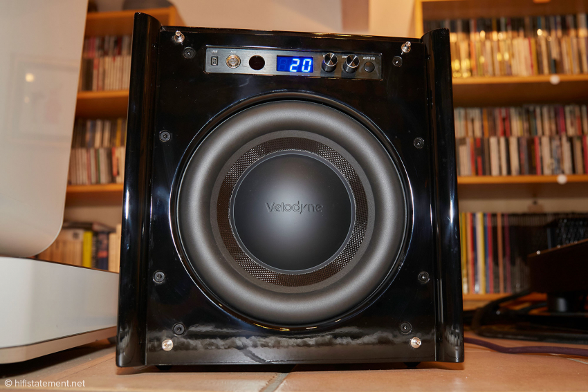 The diaphragm of the massive bass driver consists of a laminate of fiberglass and Rohacell