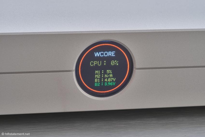 Das Display des Wcore 2.0 zeigt an: Die aktuelle Prozessorauslastung beträgt 0 %, der Speicherplatz der installierten Festplatte für Musikdateien ist zu 5 % belegt, der aktive Akku hat eine Spannung von 4,07 Volt und der Akku, der gerade geladen wird, eine von 3,96 Volt