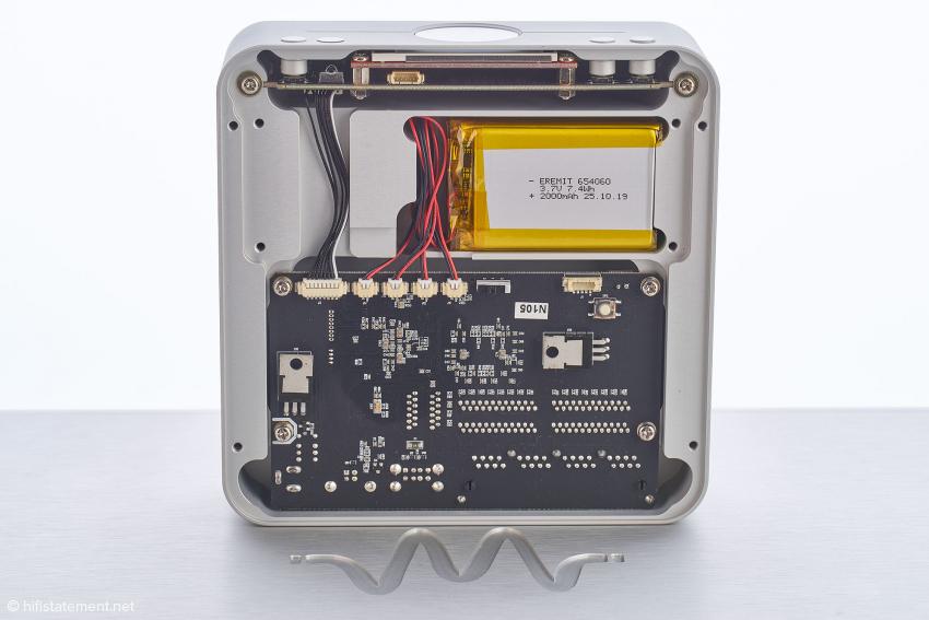 Das WsmartHub von innen: ganz oben die Ansteuerplatine für das Display, darunter die Akkus und in der unteren Hälfte das Motherboard für LAN- und USB-Hub