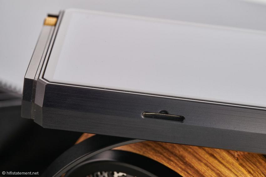 Der SD-Slot verfügt über keine Abdeckung mehr. SD-Karten können deutlich schneller gewechselt werden, aber die Schnittstelle ist auch staubanfälliger