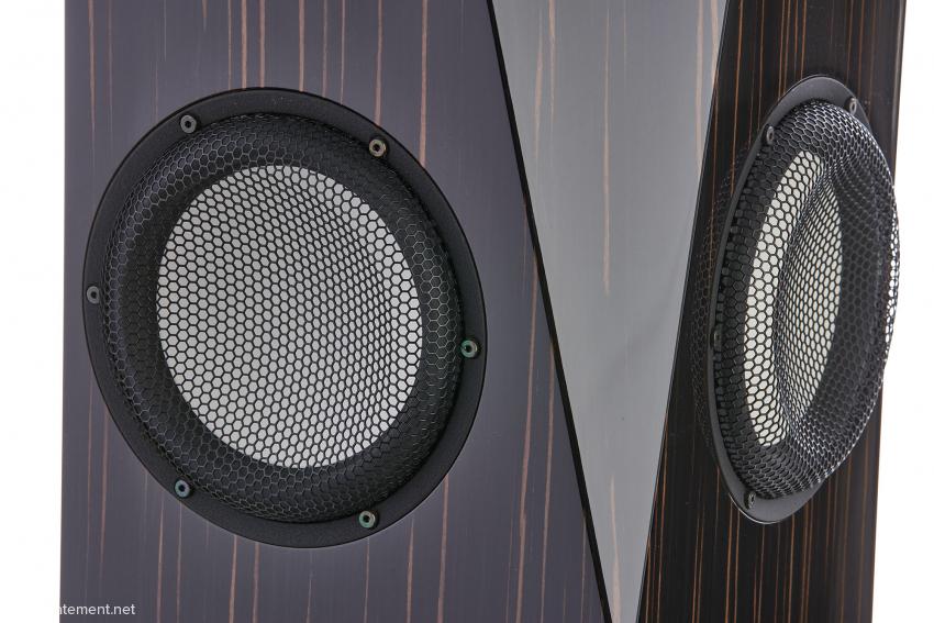 Die beiden 17-Zentimeter-Tieftöner wurden in einem Winkel von 90 Grad montiert, zur Schallwand für den Hoch- und Mitteltöner bilden sie jeweils einen Winkel von 45 Grad