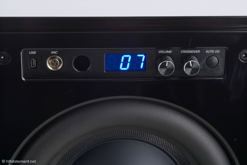 Die Bedienelemente auf der Frontseite von links nach rechts: USB-Buchse zur Verbindung mit einem PC, Mini-XLR-Buchse für das Messmikrofon, IR-Empfänger für die Fernbedienungssignale, Display, Drehregler für Lautstärke und Trennfrequenz sowie Auto-EQ-Taste
