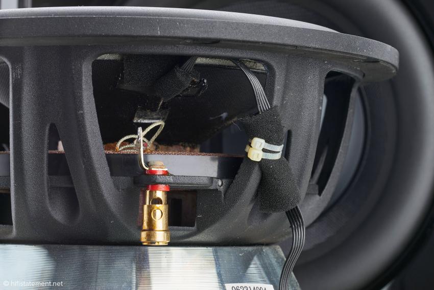 Noch einmal das 25-Zentimeter-Chassis aus der Nähe: in der Mitte direkt an der Membran ist der Sensor zur Aufnahme der Membranbewegungen für das Servosystem zu erkennen