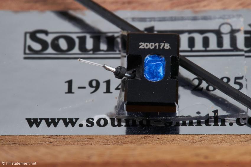 Auch der zweite Nadeleinschub trägt die Nummer des Tonabnehmers. Darunter liegt der Inbusschlüssel zur Lockerung der Sicherungsschraube für den Nadeleinschub