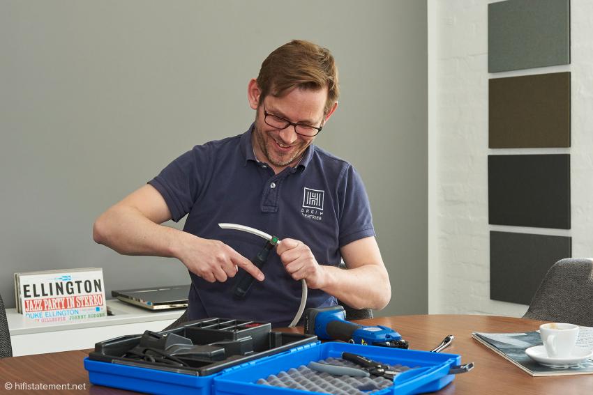 Hier mantelt Mika Dauphin das ClearwayX mit Spezialwerkzeug ab