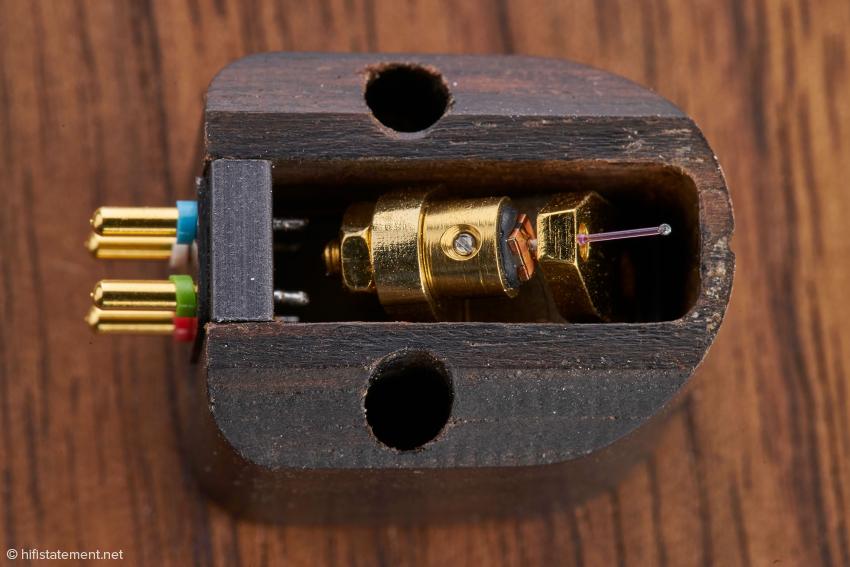 Das Signature One verfügt als einziger Charisma-Audio-Tonabnehmer über ein quadratisches Eisenplättchen als Spulenträger. Der darauf gewickelte Draht besteht aus einer Kupfer/Gold-Legierung