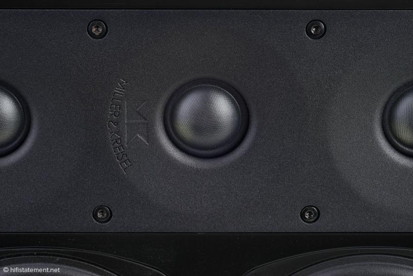 Die drei senkrecht untereinander angeordneten Scan-Speak Kalotten bewirken eine gleichförmige Zylinderwelle, die der Abstrahlung im Nahfeld per Schalter angepasst werden kann