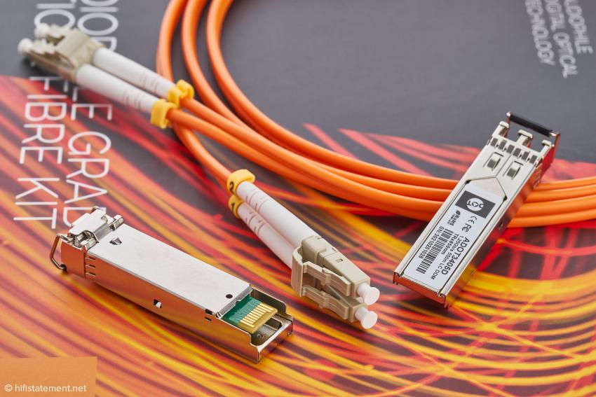 Die beiden SPF-Module und der Lichtleiter gehören zum Lieferumfang, ebenso wie das hier nicht abgebildete lineare Steckernetzteil