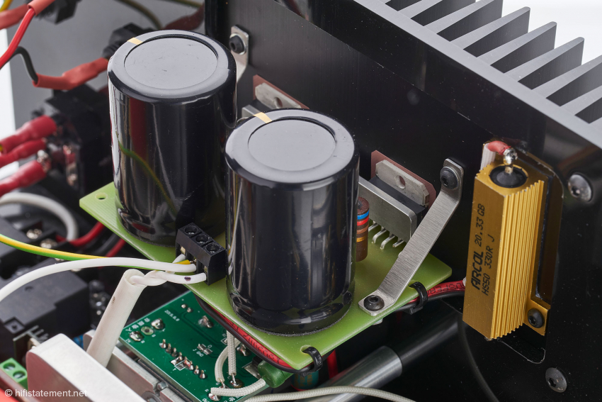 Die Operationsverstärker (wohlbekannte Mikrochip-Typen) sitzen direkt auf dem Kühlelement