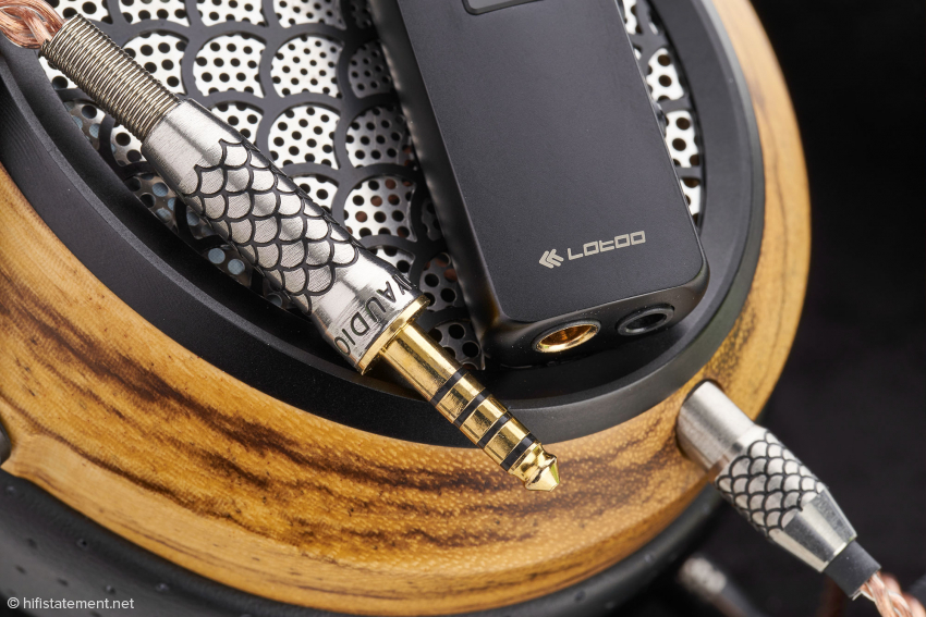 Der Lotoo PAW S1 verfügt neben der für Wandler/Kopfhörerverstärker seines Formats üblichen 3,5-Millimeter-Klinkenbuchse auch über einen Pentacomm-Anschluss für Kopfhörer mit symmetrischer Verkabelung