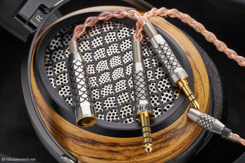Das Anschlusskabel des SendyAudio besitzt verstärkerseitig einen Pentaconn-Stecker. Ein Adapter Pentaconn/3,5-Millimeter-Klinke liegt bei