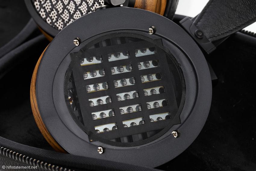 Ein Blick auf die mit Leiterbahnen bedruckte Folie des Aiva-Magnetostaten