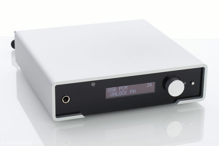 Der nur 20 Zentimeter breite Young zeigt im Display die wichtigen Informationen, hier: USB PCM nicht verbunden (Fotostudio), Kopfhörer und die Lautstärke