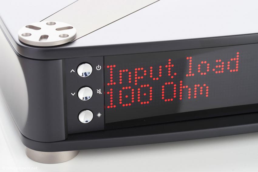 Die Eingangsimpedanz der R-580 wird über das Menü mit diesen drei Tasten oder einer Apple-Fernbedienung eingestellt. 18 Werte stehen zur Verfügung