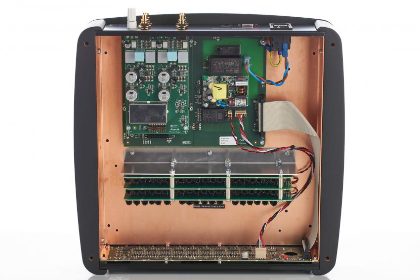 Unter dem Gehäuse aus Komposit-Material befindet ein zweites, schirmendes aus Kupfer, Das Resonant-Mode-Schaltnetzteil befindet sich direkt neben der Signalplatine