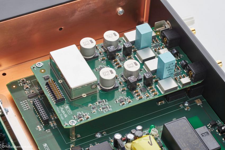 Auf der Signalplatine werden einige Bauelemente von eigenen Metallgehäusen geschirmt