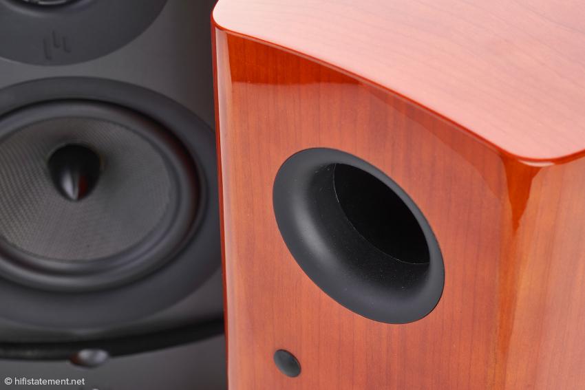Das Schallloch der Bassreflexkonstruktion für eine druckvolle Basswiedergabe