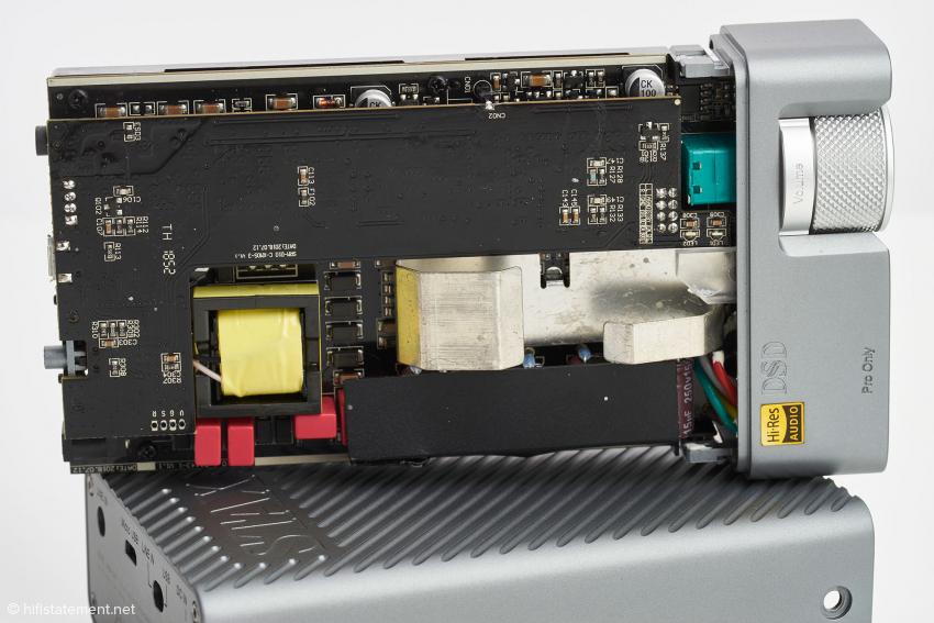 Hochmoderne Technik verteilt auf kleinstem Raum. Innerhalb des Transistor-Verstärkers werkelt ein moderner Wandler-Chip des renommierten Herstellers Sabre. Insgesamt wirkt das Ganze äußerst akkurat verarbeitet