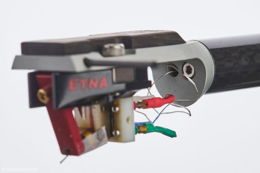 Die Inbus-Schraube neben dem Kabeldurchlass dient der Azimuteinstellung