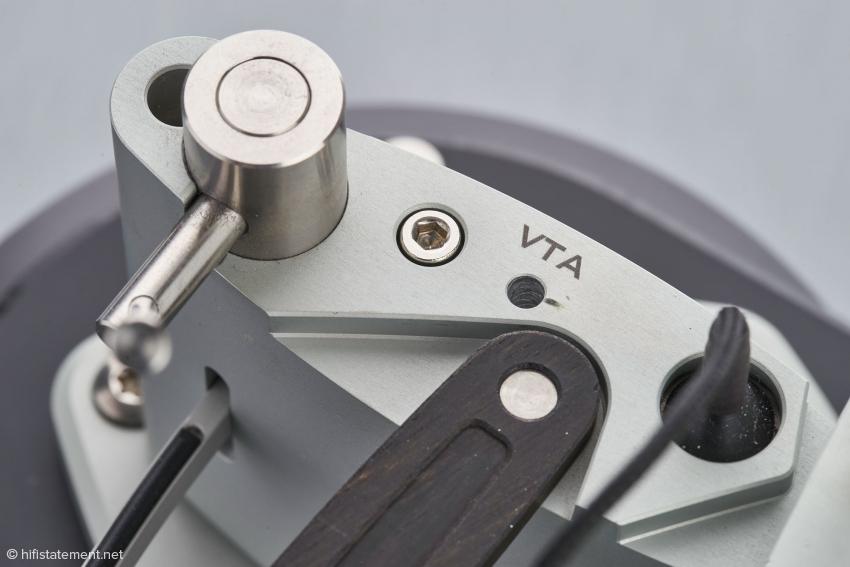 Nach dem Lösen der glänzenden Schraube kann die Höhe des Tonarms feinfühlig mit einem Schraubendreher in der Öffnung rechts daneben justiert werden. Die Öffnung links dient der Einstellung der Höhe des Lifts