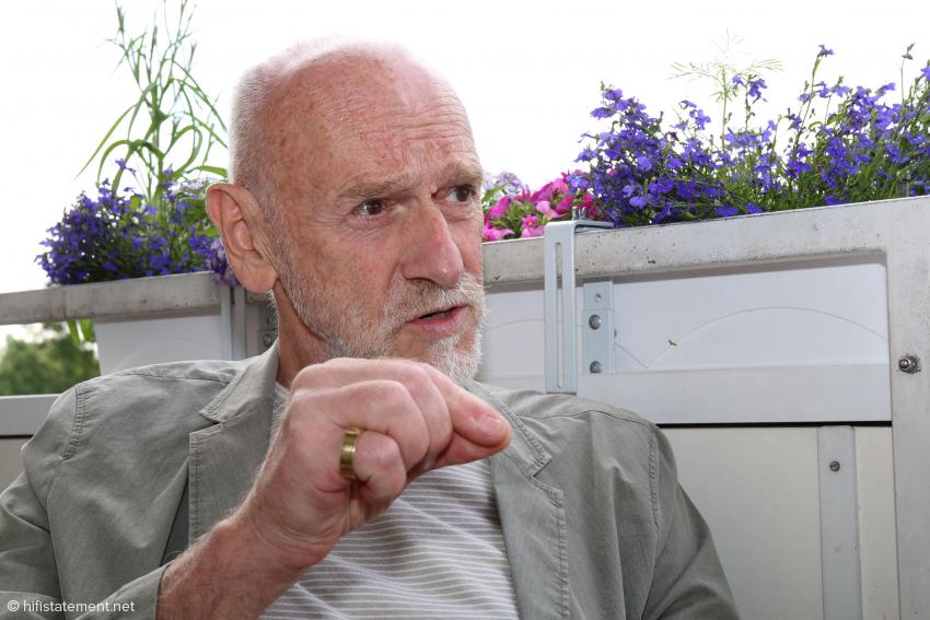 Helmut Thiele erläutert die Konstruktion seines Tonarm