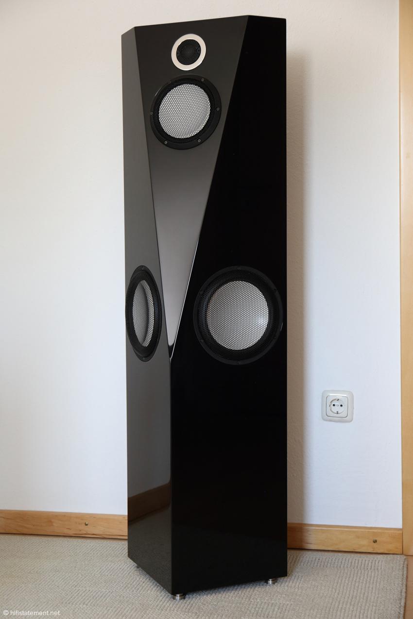 Erlkönig ohne Tarnfolien: Der neue große Audiaz Lautsprecher variiert die bewährte Gehäuseform der Cadenza, kommt aber ohne Chromblende aus