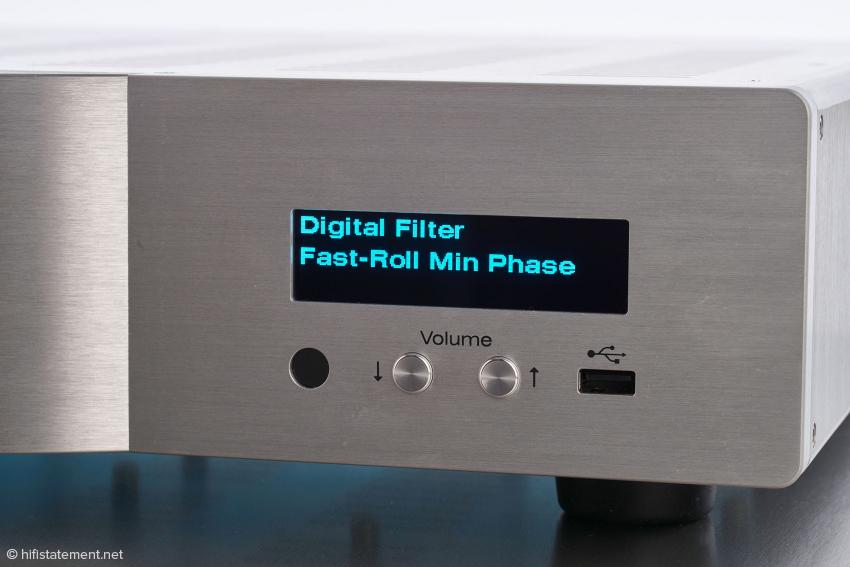 Die rechte Seite der Front wird vom Display dominiert, darunter die Tasten für die Lautstärkeregelung und der USB-A-Anschluss