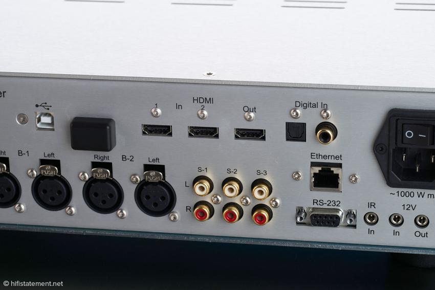 Das Anschlussfeld im Detail: in der unteren Reihe die symmetrischen und unsymmetrischen analogen Eingänge, darüber die diversen Digital-Eingänge