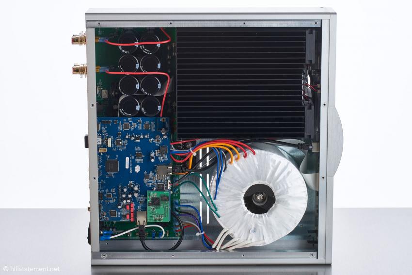 Das Innenleben des Krell K-300i: rechts unten der mächtige Ringkerntransformator, links daneben die Digital-Sektion, darüber die 80.000 Mikrofarad Siebkapazitäten sowie rechts oben die Kühlkörper für die Endstufe
