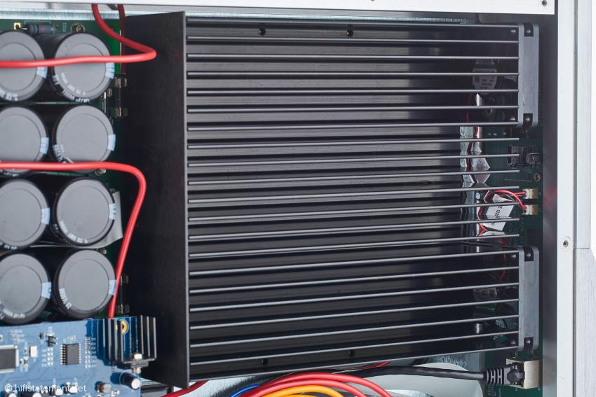 Siebkapazitäten und Kühlkörper im Detail, ganz rechts sind die beiden Lüfter zu erkennen