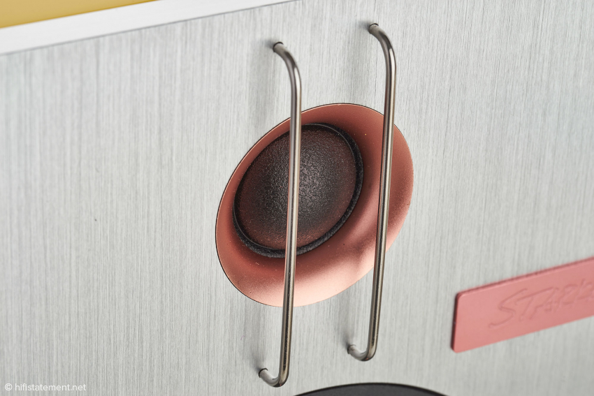Der von zwei vertikalen Metallstäben geschützte Seiden-Hochtöner kann auch auf Wunsch aus Beryllium gefertigt werden. Dieses Upgrade ermöglicht einen verbesserten Hochfrequenzverlauf