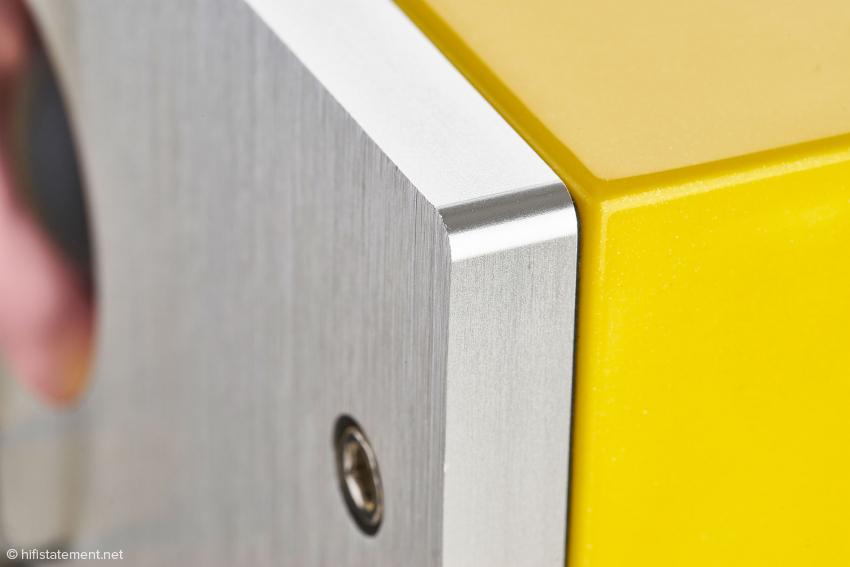 Die ein Zentimeter dicke Metallfrontplatte ist mit acht Inbusschrauben am MDF-Gehäuse fest verschraubt. Schon am Spaltmaß lässt sich die hochwertige Verarbeitung erkennen