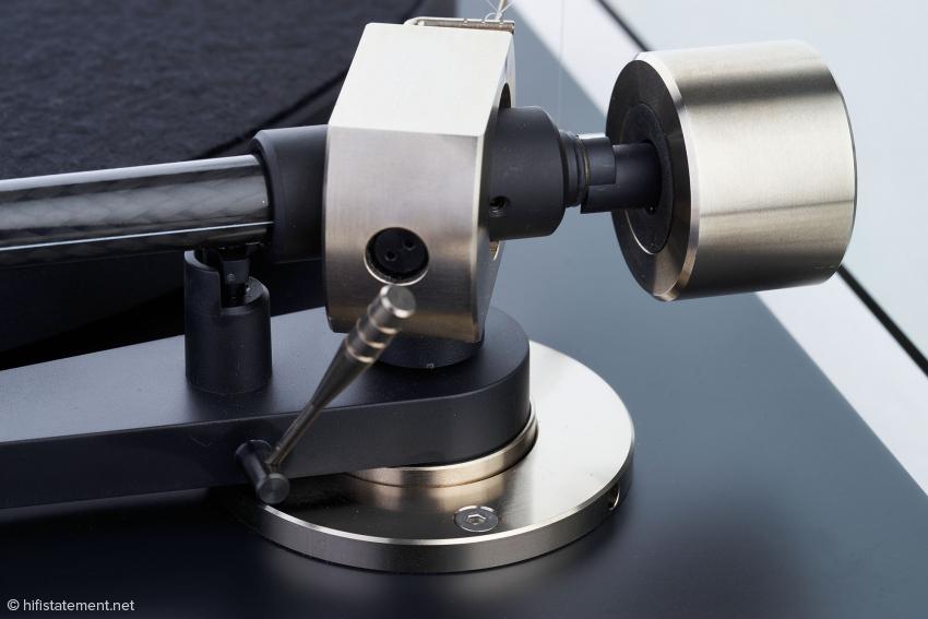 Nach dem Lösen der Inbusschraube kann das Tonarmrohr zur Einstellung des Azimut verdreht werden