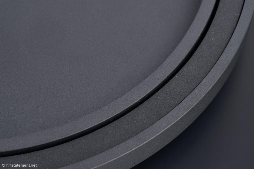 Der Aluminiumguss-Plattenteller wird durch einen Ring aus einem von Ortofon entwickelten thermoplastischen Elastomer bedämpft