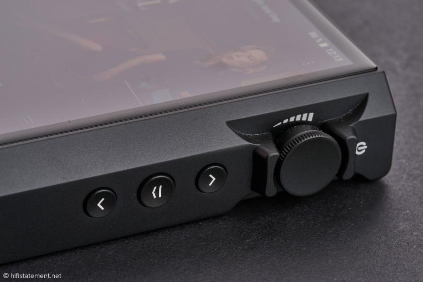 Der Lautstärkeregler dient als Multifunktionsknopf. Damit lässt sich das Geräte ein-und ausschalten, entsprechend auch der Screensaver