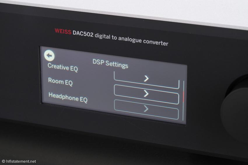 Die Einstellungen des Menüs mit seinen Plugins lassen sich über den Touch Screen und den im Anschnitt zu sehenden Dreh/Druckknopf vornehmen