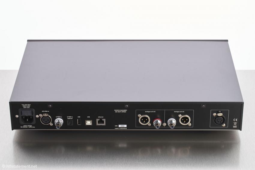Auf der Geräterückseite befinden sich wie üblich die Eingänge für die digitalen Quellen und die Analog-Ausgänge sowie – wirklich ungewöhnlich – der symmetrische Kopfhörer-Ausgang