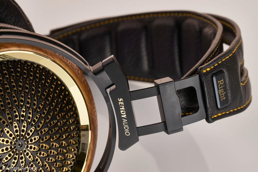 Die Ohrmuschel besitzt zwei Abdeckungen aus Stahl: Eine wurde schwarz lackiert, die andere mit 24-karätigem Gold beschichtet. Der daraus resultierende Eindruck erinnert an das Rad eines Pfaus