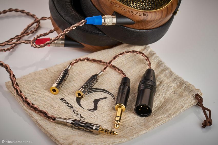 Das Kabel endet Verstärker-seitig in einem Pentaconn-Stecker, zwei Adapter gehören zum Lieferumfang