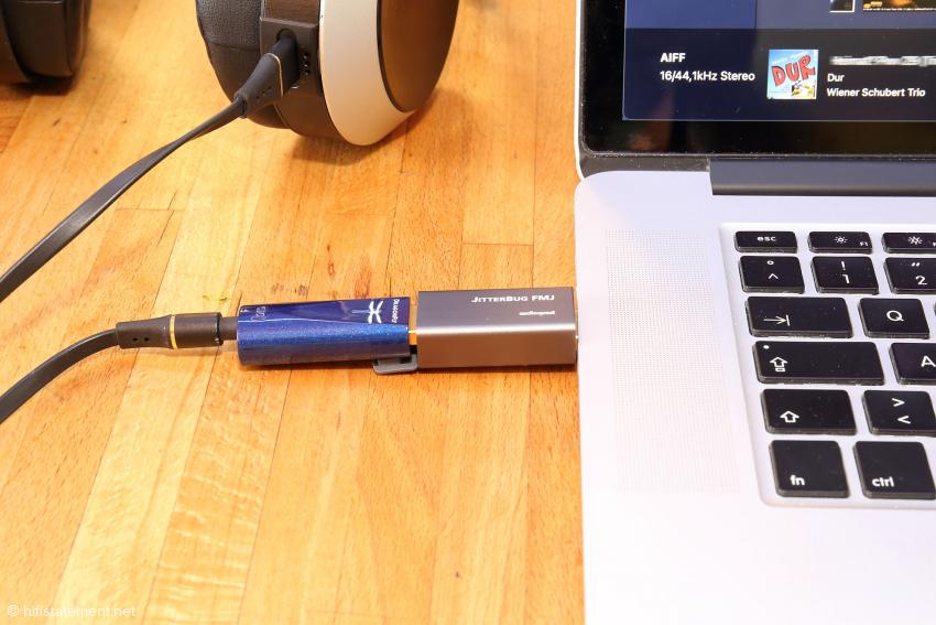 Auch wenn der Audioquest DragonFly Cobalt ähnliche Filterelemente enthält wie der Jitterbug FMJ, hat sein Einsatz einen positiven Effekt auf den Klang