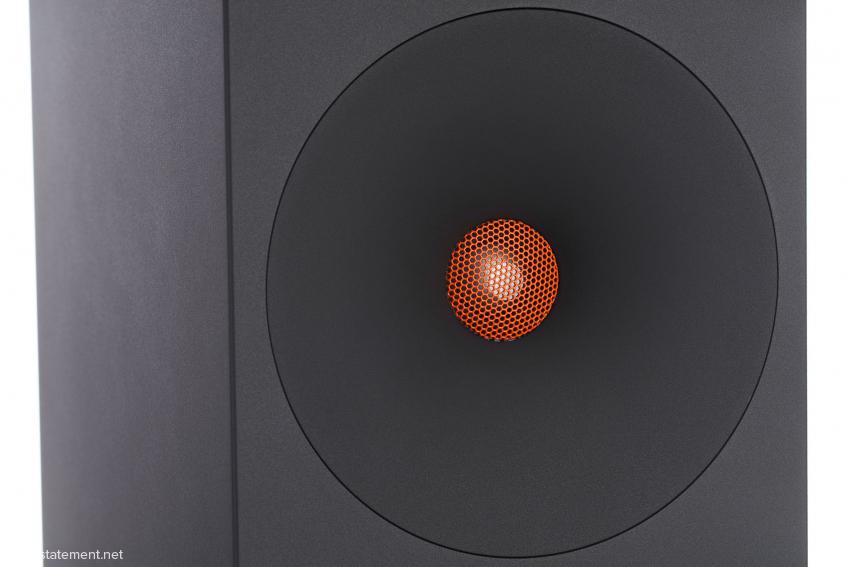 Der Titanhochtöner ist von einem Waveguide mit minimaler Hornfunktion eingefasst und klingt in keiner Lebenslage scharf oder angestrengt